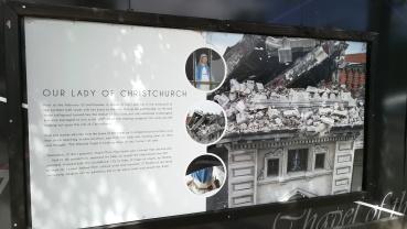 Katolikus katedrális romjai - a földrengéstől az ablak felé fordult, épen maradt Mária szoborral, Christchurch, NZ
